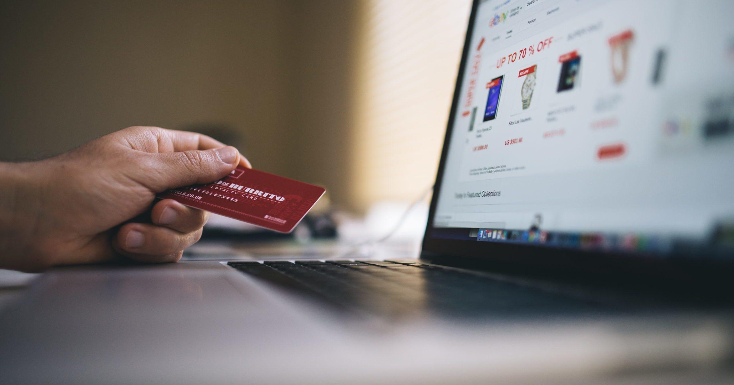 les-jeunes-accedent-aux-sites-internet-via-leurs-ordinateurs-pour-acheter-en-ligne